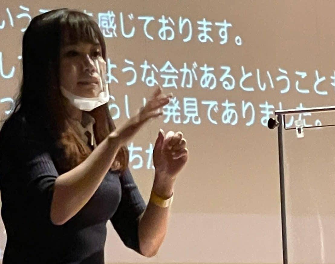 ろうの立場から意見を述べるIGBインターンシップ吉田 麻莉氏